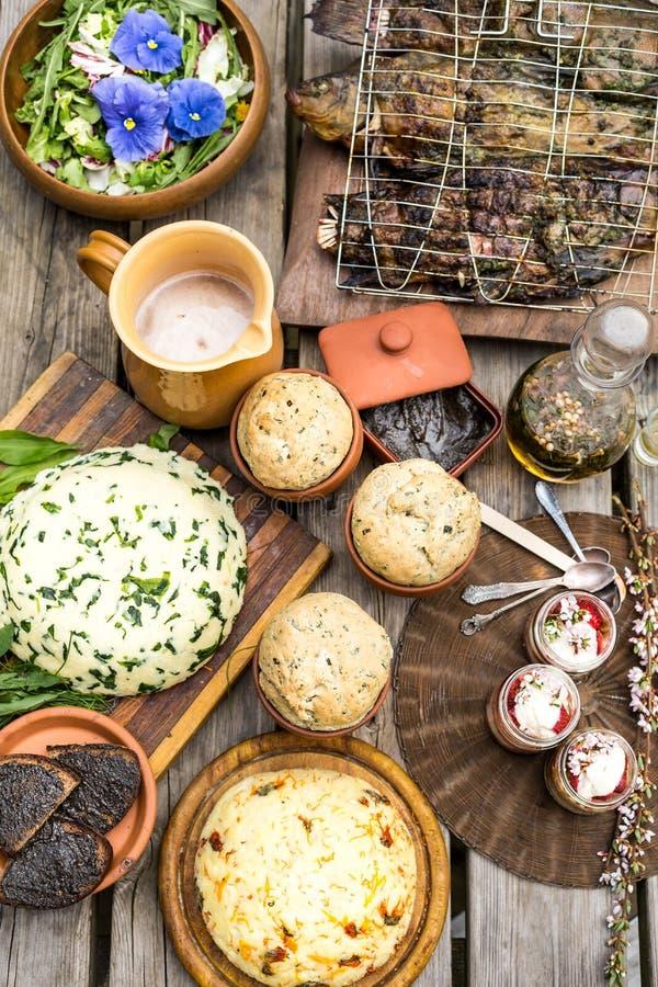 Floresça a salada, o queijo, peixes grelhados, sobremesa e pão fotos de stock royalty free