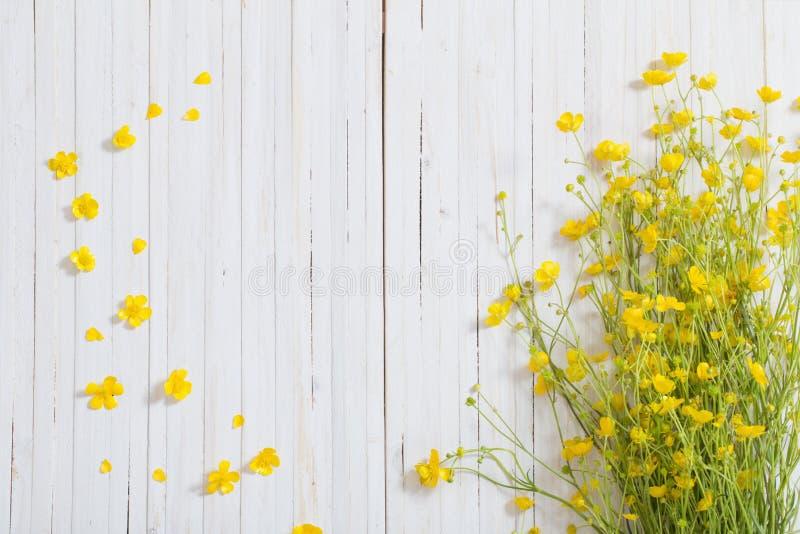 Flores amarillas en fondo de madera imagen de archivo