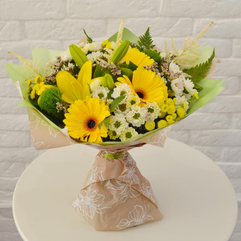 Flores amarillas hermosas en ramo foto de archivo