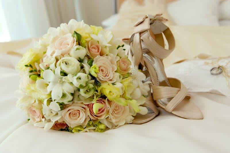 Flores & sapatas do casamento foto de stock royalty free
