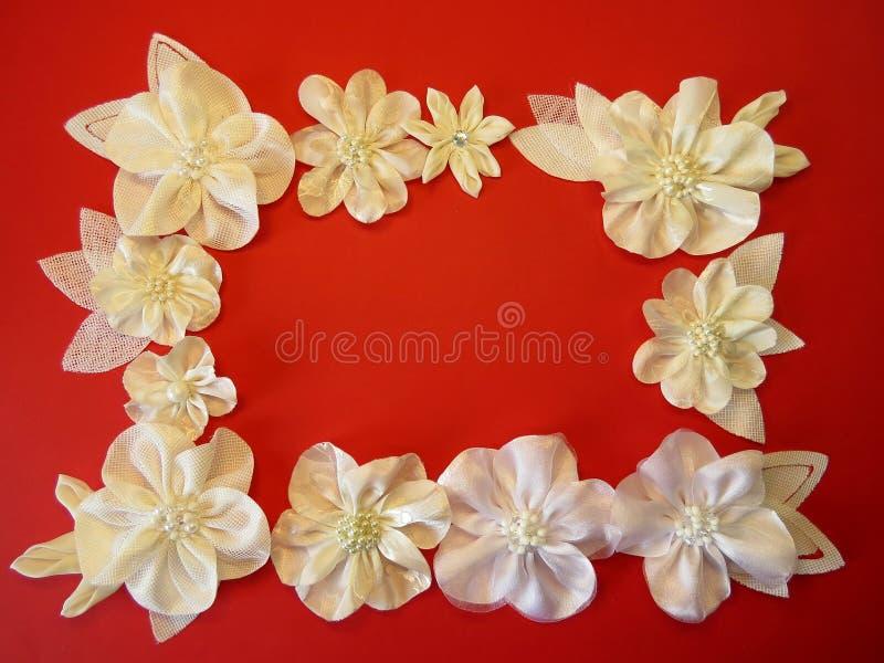 Flores artificiais brancas da tela fotografia de stock royalty free
