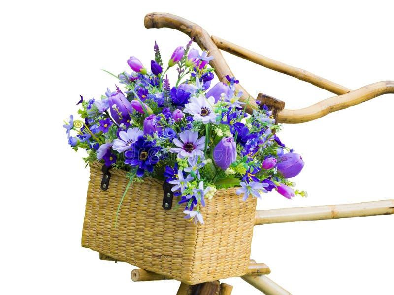 Flores artificiales coloridas en la cesta de bambú fotografía de archivo libre de regalías