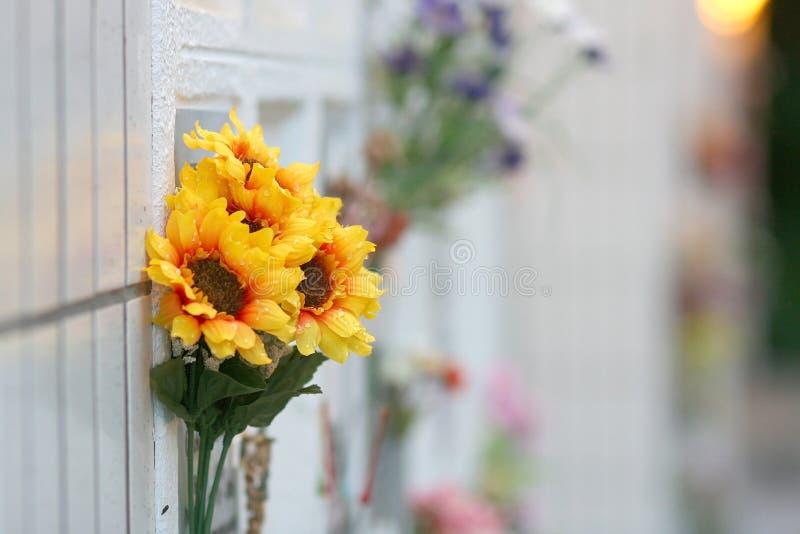 Flores artificiales de la decoración en columbarium foto de archivo