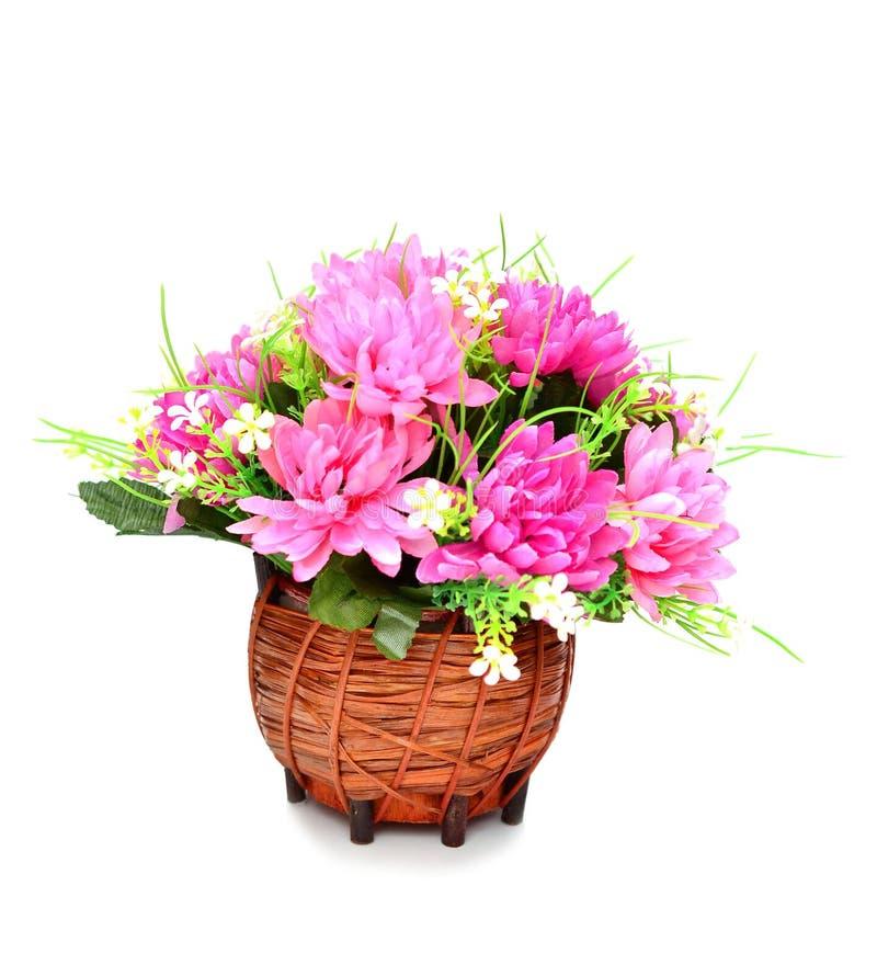 Flores artificiales en aislante de la cesta en blanco fotografía de archivo libre de regalías