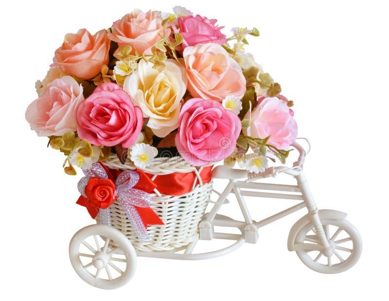 Flores artificiales en aislante de la cesta en blanco fotos de archivo