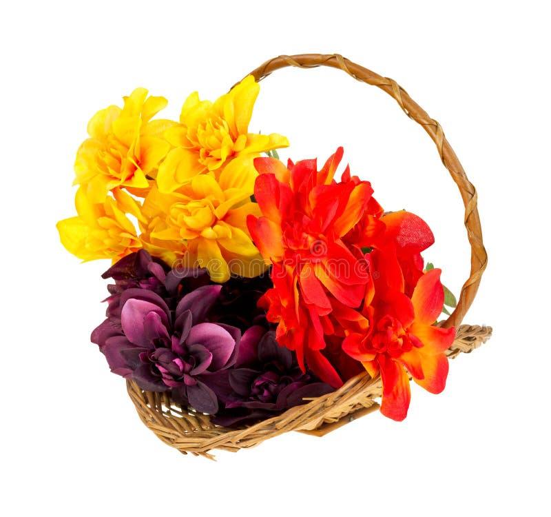 Flores artificiales en cesta foto de archivo