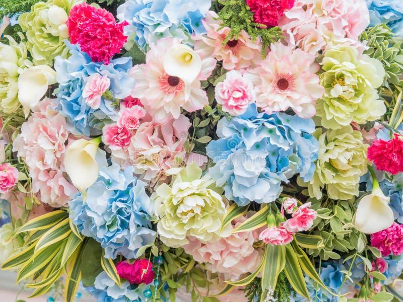flores artificiales en fondo artístico fotos de archivo libres de regalías