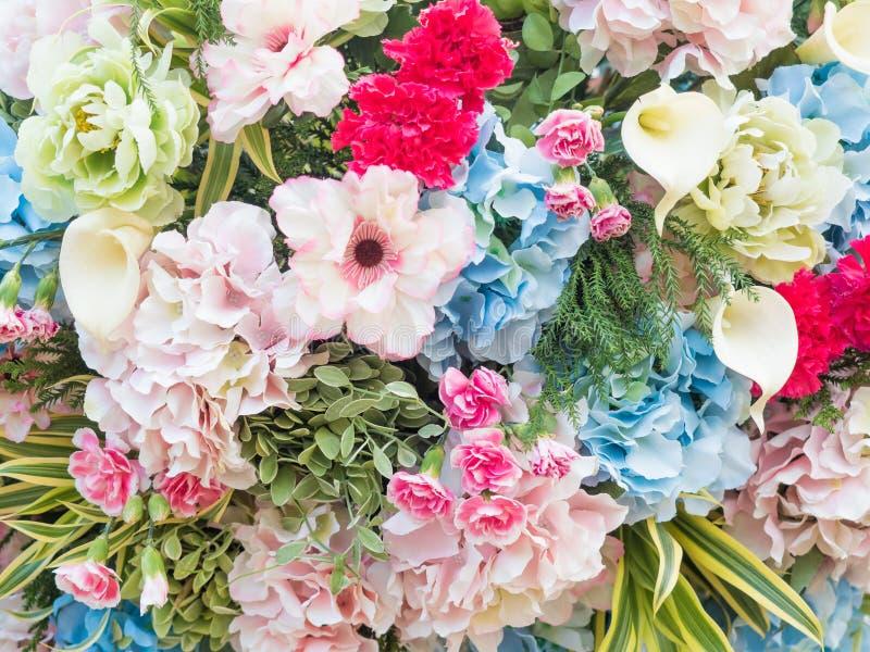 flores artificiales en fondo artístico foto de archivo