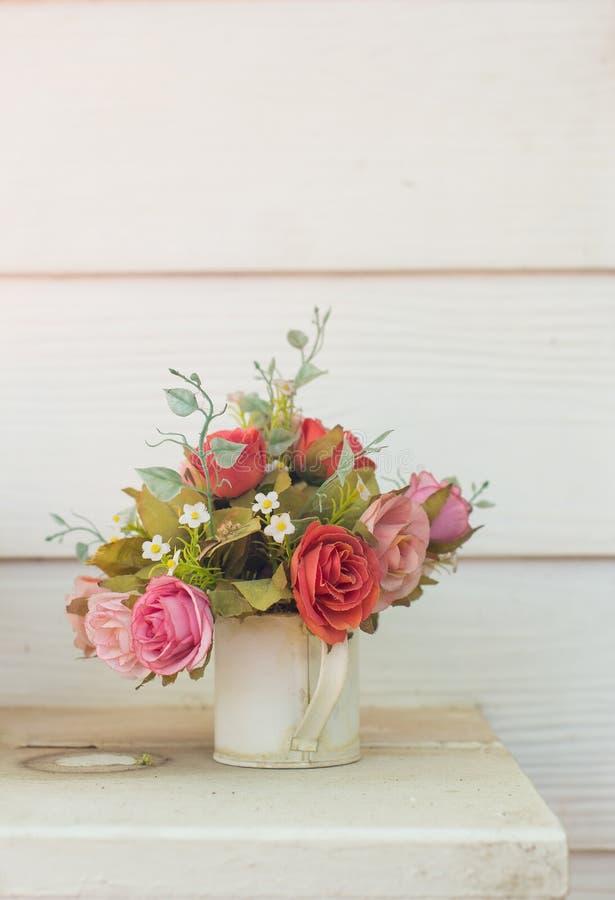 Flores artificiales en la cesta en tema del vintage fotos de archivo libres de regalías
