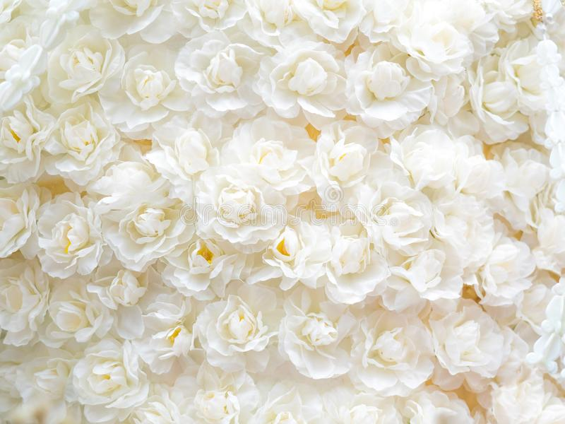 flores artificiales hermosas en fondo artístico imagen de archivo libre de regalías