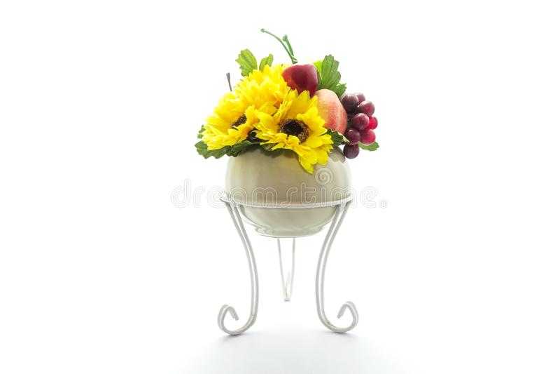 Flores artificiales y frutas plásticas aisladas en el fondo blanco imagenes de archivo
