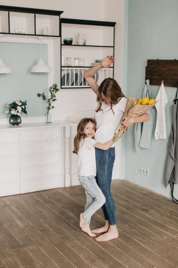 Flores atuais da menina sua mãe o 8 de março imagem de stock royalty free