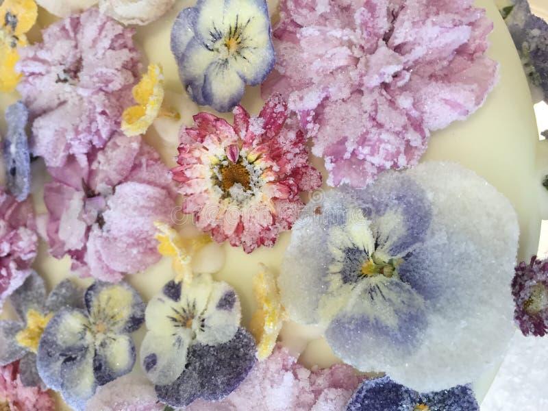 Flores azucaradas que adornan una torta de cumpleaños fotografía de archivo