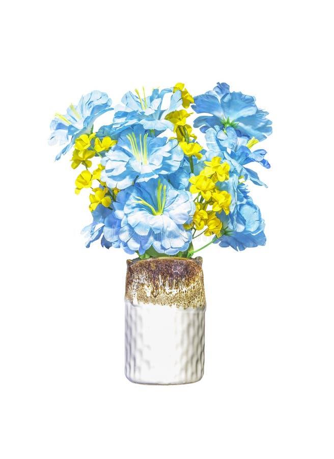 Flores azuis e amarelas artificiais no vaso cerâmico imagens de stock royalty free