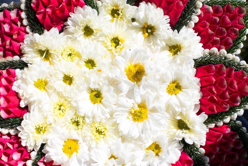 Flores blancas adornadas en la bandeja imagen de archivo