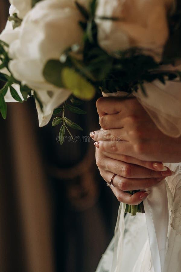 Flores blancas del anillo del vestido de la novia de la muchacha de las manos fotos de archivo libres de regalías