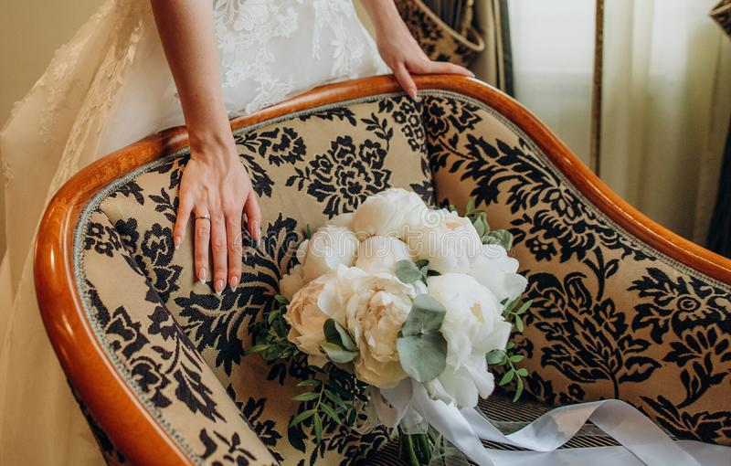 Flores blancas del anillo del vestido de la novia de la muchacha de las manos imagenes de archivo