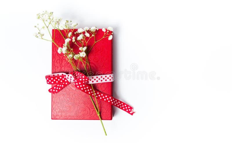 Flores blancas en la actual caja roja fotos de archivo libres de regalías