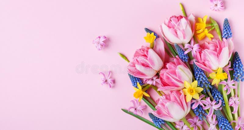 Flores bonitas da mola na opinião de tampo da mesa cor-de-rosa pastel Cartão ou bandeira para o dia internacional das mulheres Co fotos de stock