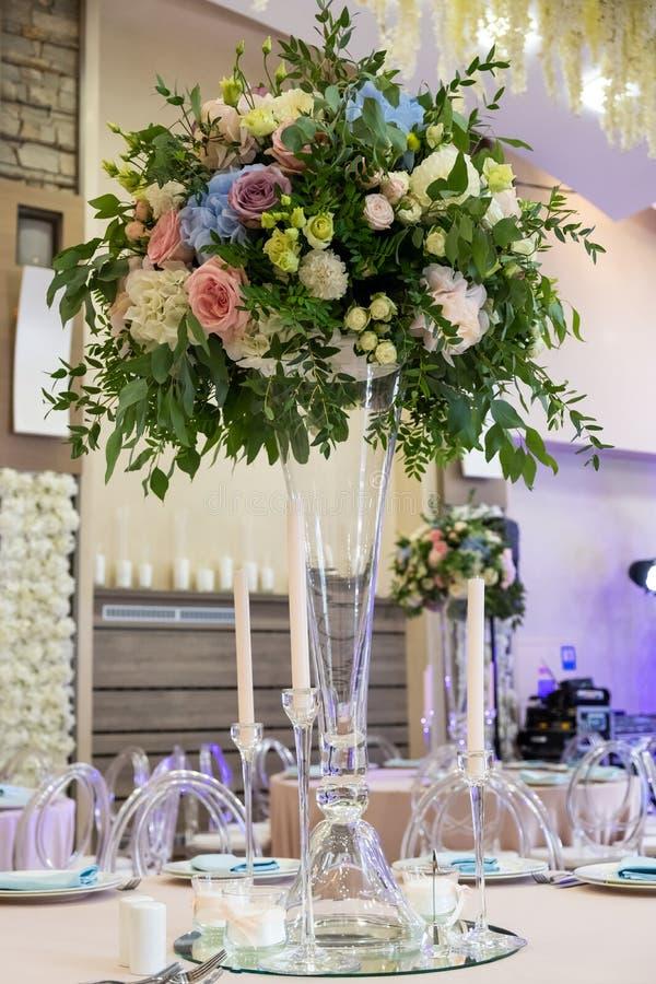 Flores bonitas no partido ou no copo de água do evento da tabela foto de stock