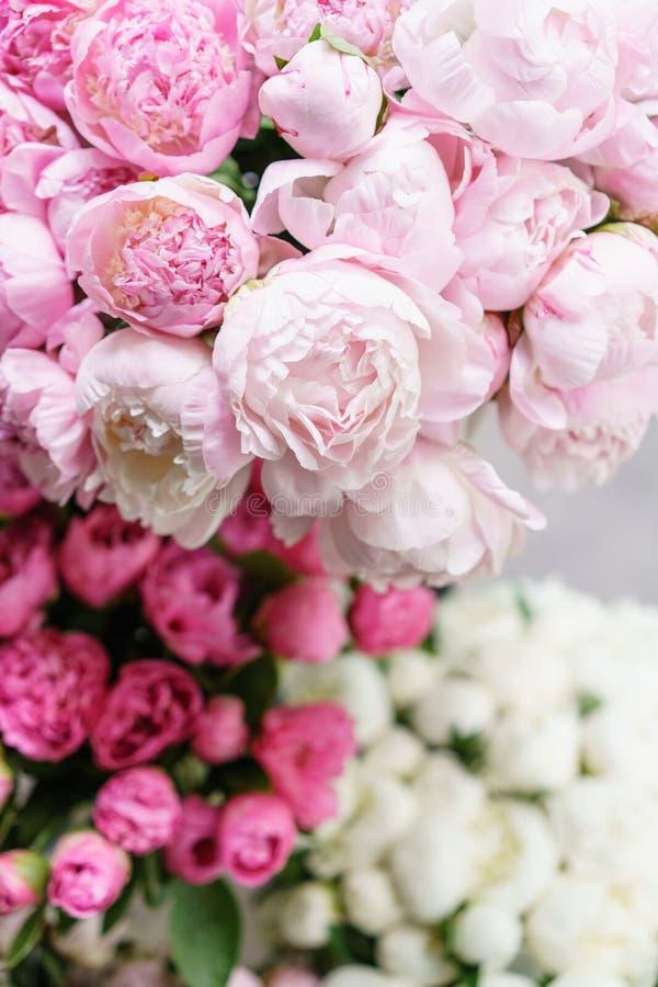 Flores bonitas no vaso de vidro Ramalhete bonito de peônias cor-de-rosa Composição floral, cena, luz do dia wallpaper imagem de stock royalty free