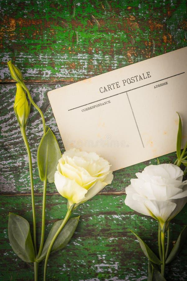 Flores brancas com o cartão no vertical de madeira da tabela imagens de stock royalty free