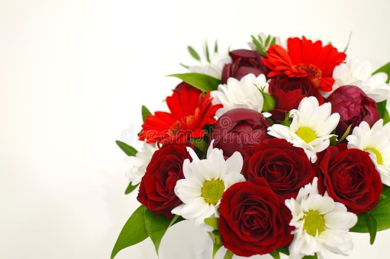 Flores brancas e vermelhas em um fundo cor-de-rosa com espaço da cópia fotos de stock