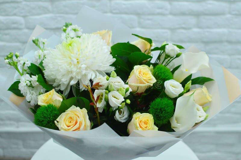 Flores brancas em um fundo cor-de-rosa com espaço da cópia imagens de stock royalty free