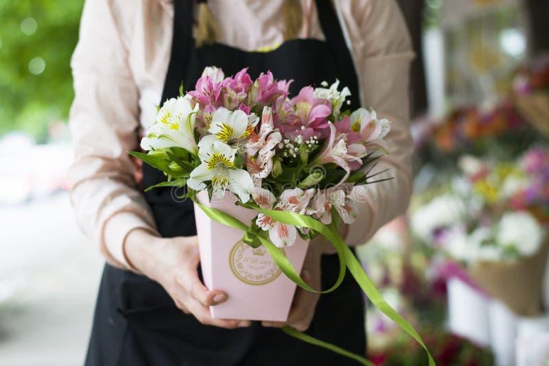 Flores coloridas do Alstroemeria Um grande ramalhete de alstroemerias multi-coloridos no florista é vendido sob a forma de um pre imagem de stock royalty free