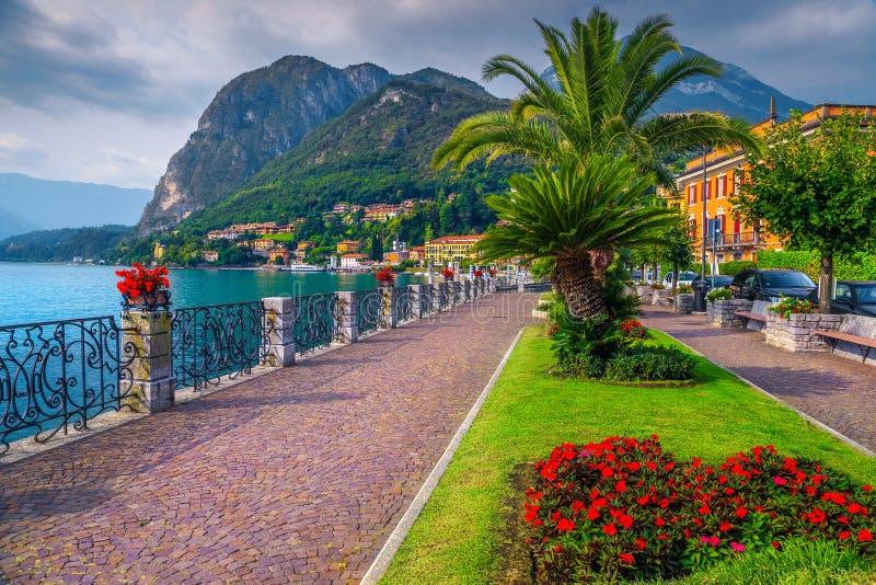 Flores coloridas e passagem espetacular, lago Como, Menaggio, Lombardy, It?lia fotos de stock royalty free