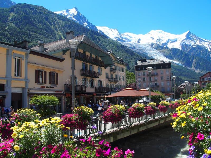 Flores coloridas en la ciudad de CHAMONIX MONT BLANC del viaje del centro turístico con paisaje de la gama de montañas alpina más fotos de archivo