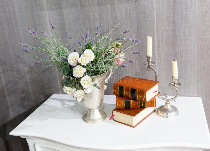 Flores com livros imagens de stock royalty free