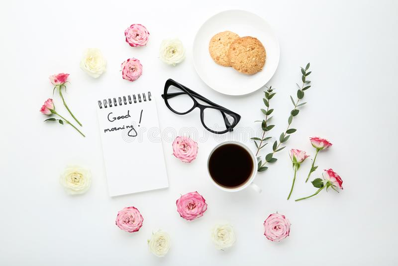 Flores con la taza de café y de galletas fotos de archivo