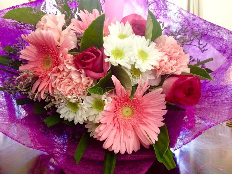 Flores consideravelmente cor-de-rosa da mola do ramalhete fotografia de stock royalty free