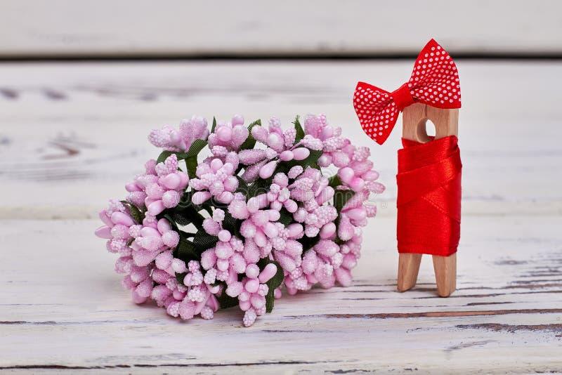 Flores cor-de-rosa e pino de madeira imagens de stock