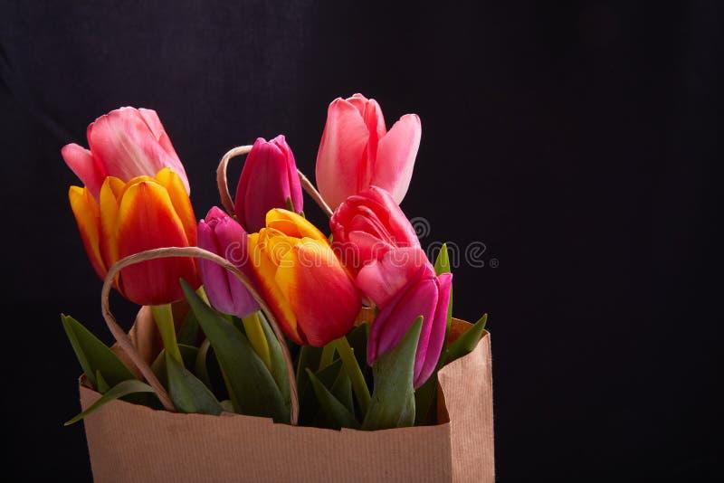 Flores cor-de-rosa frescas da tulipa no saco de papel fotos de stock royalty free