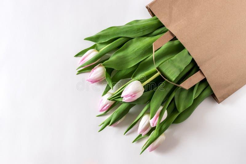 Flores cor-de-rosa frescas das tulipas no saco de papel imagem de stock royalty free