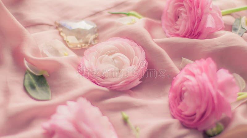 flores cor-de-rosa cor-de-rosa na seda macia - casamento, feriado e fundo floral conceito denominado fotos de stock