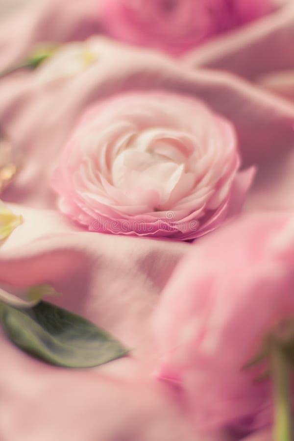 flores cor-de-rosa cor-de-rosa na seda macia - casamento, feriado e fundo floral conceito denominado fotografia de stock