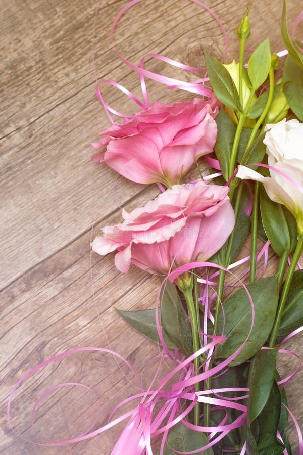Flores cor-de-rosa no fundo de madeira Conceito para o cartão de cumprimentos fotografia de stock