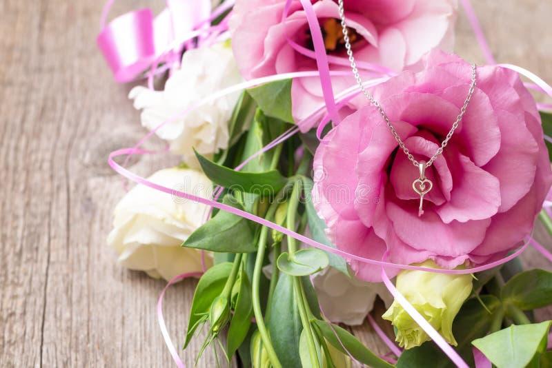 Flores cor-de-rosa no fundo de madeira Conceito para o cartão de cumprimentos imagem de stock royalty free