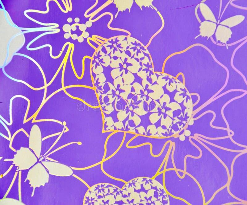 Flores, corações, borboleta sobre o fundo roxo hologram fotos de stock