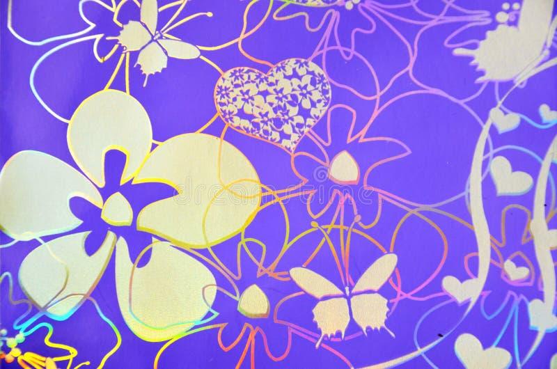 Flores, corações, borboleta sobre o fundo roxo hologram imagens de stock