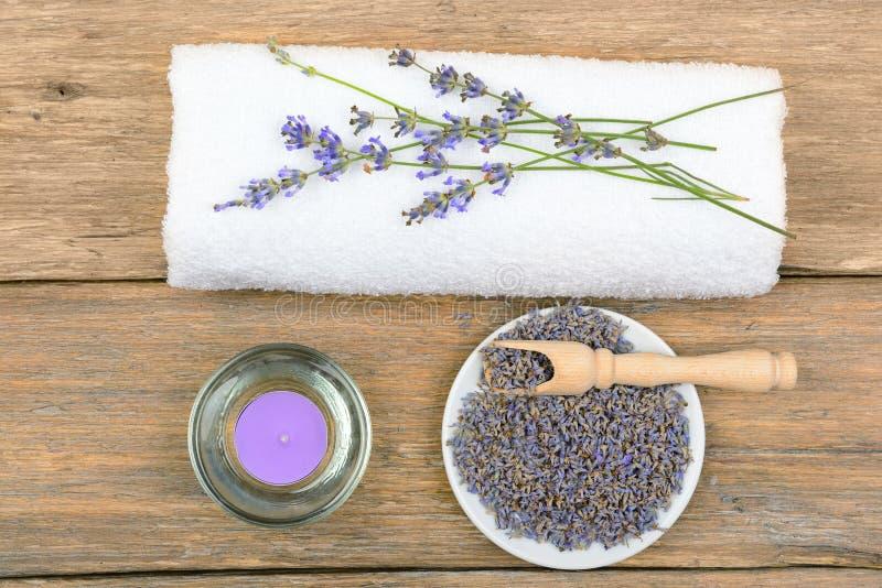 Flores da alfazema, velas aromáticas, e toalhas imagem de stock