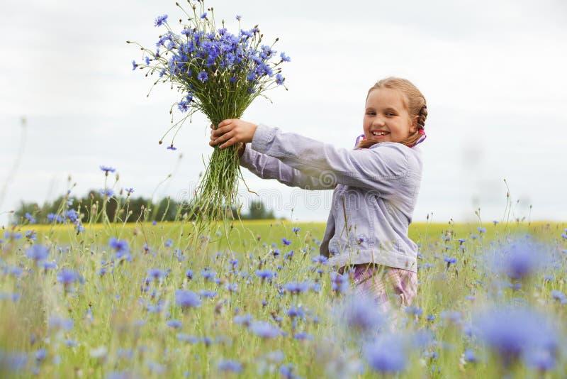 Flores da colheita da menina fotografia de stock royalty free