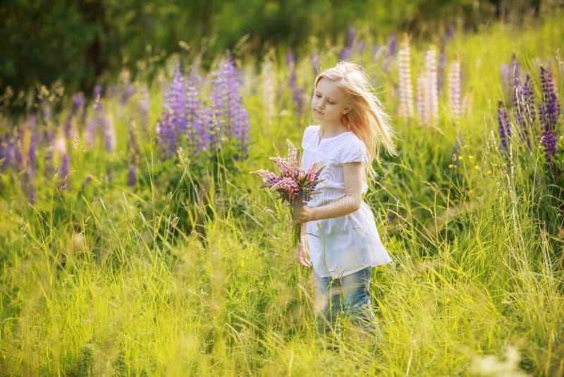 Flores da colheita da menina da criança fotos de stock