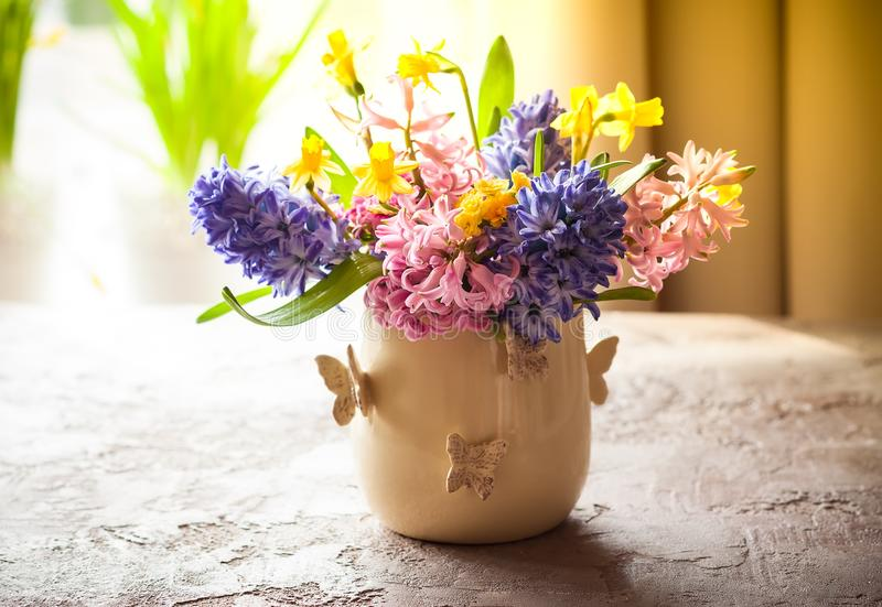 Flores da mola no vaso fotos de stock royalty free