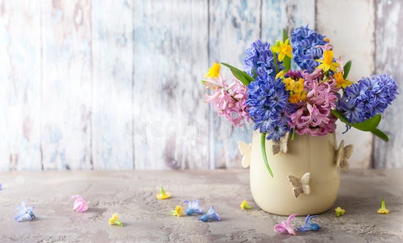 Flores da mola no vaso para o feriado imagem de stock