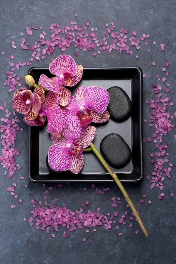 Flores da orquídea e pedras do zen Termas fotografia de stock royalty free