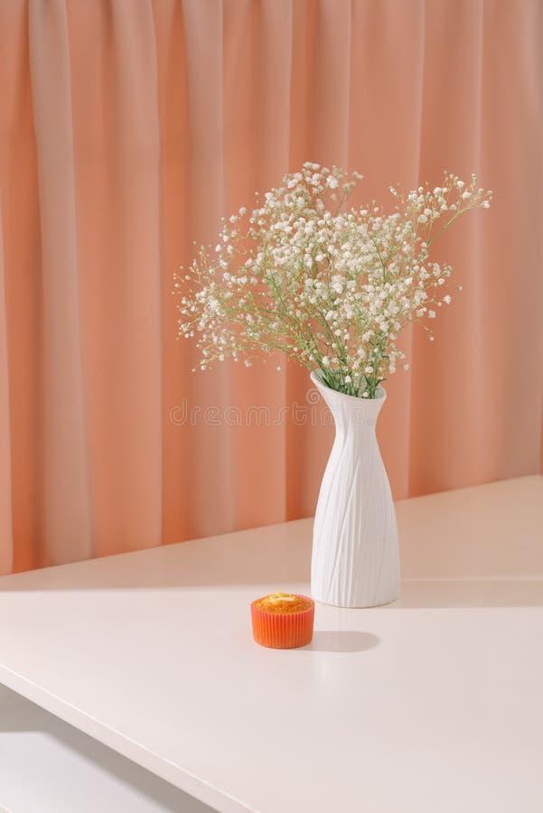 Flores da respiração do bebê do Gypsophila, na garrafa em fundo textured Luz bonita, massas pairosas de flores brancas pequenas f fotografia de stock